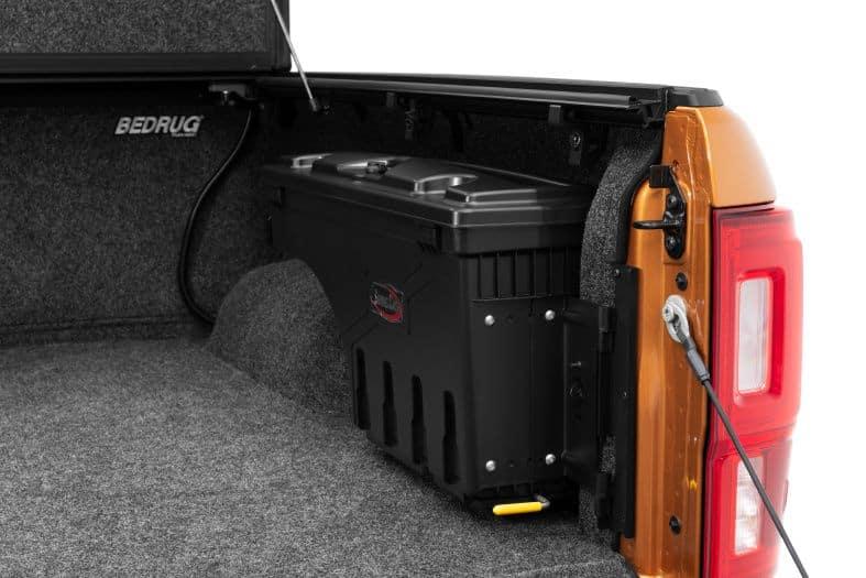 NOVISauto CARRYBOY Pickup Ladeflächen Werkzeugbox Staubox schwenkbar für GMC Sierra / Chevrolet Silverado 2012-2018 platzsparend am Radkasten eingebaut