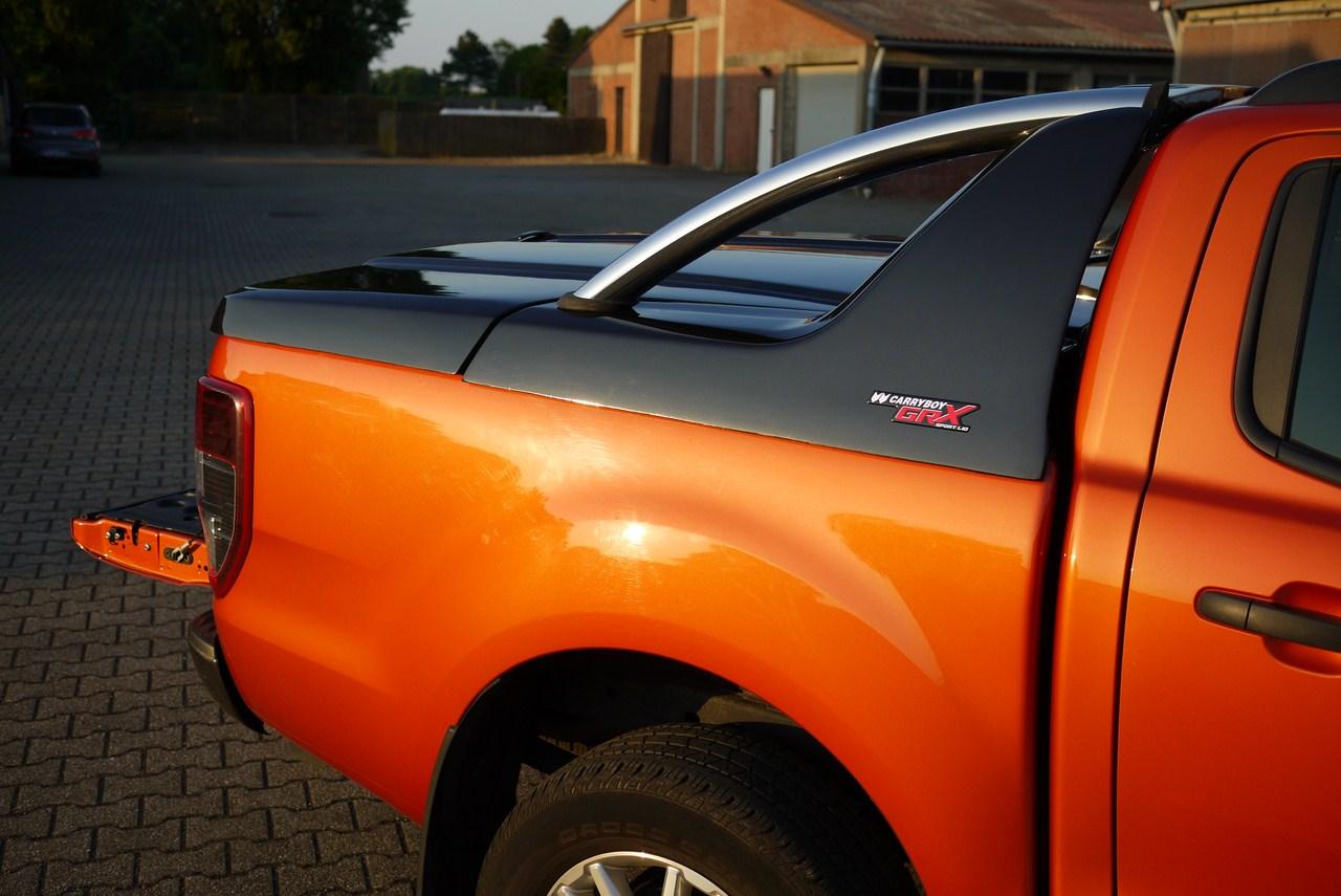 Isuzu D-max Doppelkabine 2012 Laderaumabdeckung mit Überrollbügel von CARRYBOY Deckel mit Stylingbar für Isuzu Dmax Lackierung in Wagenfarbe