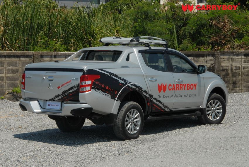 CARRYBOY Laderaumabdeckung R-795 mit Stylingbügel Mitsubishi L200_Fiat Fullback Heckansicht2