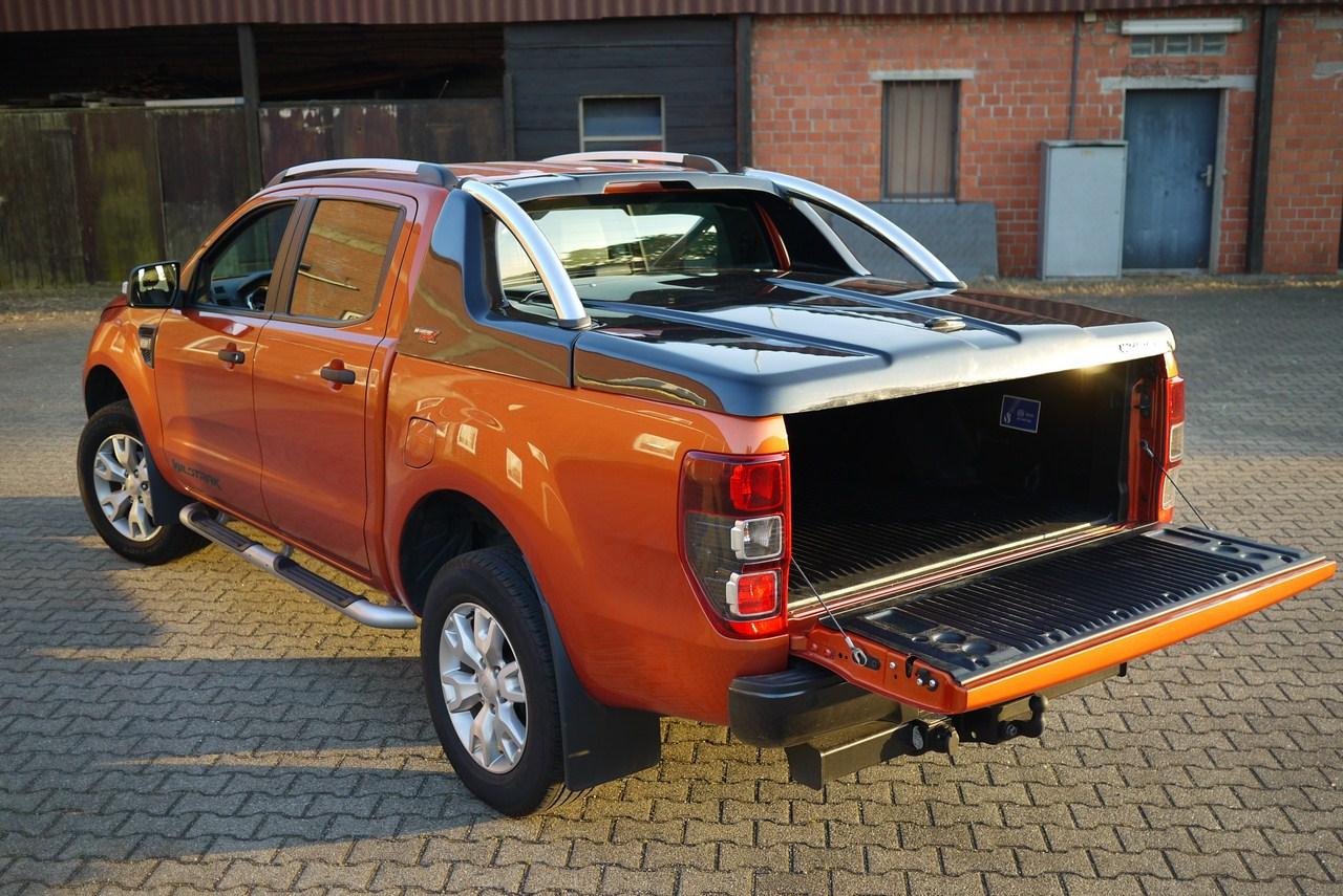 Fiat Fullback Doppelkabine Laderaumabdeckung mit Überrollbügel von CARRYBOY Deckel mit Stylingbar sicher abschließbar