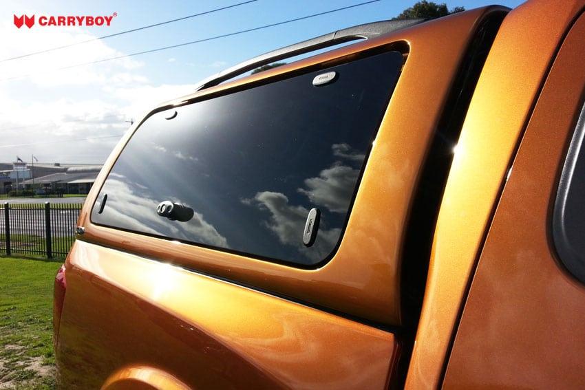 Nissan Navara Doppelkabine Hardtop mit Klappfenstern SO von CARRYBOY Anbindung an die Zentralverriegelung